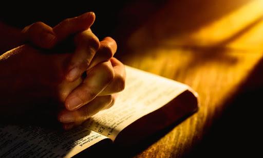 Людина молиться