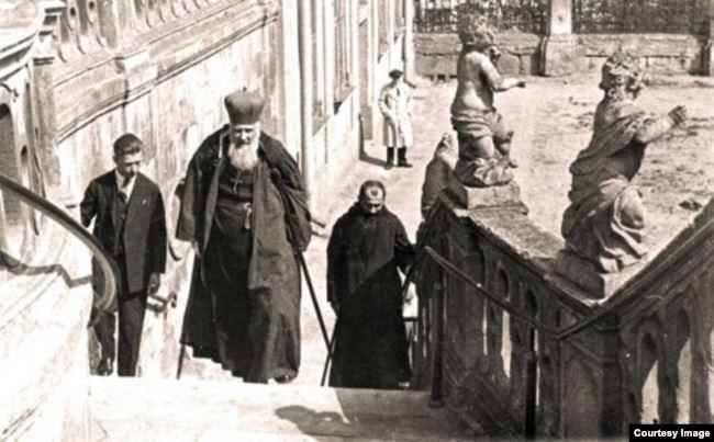 Митрополит Андрей Шептицький піднімається у Святоюрський собор