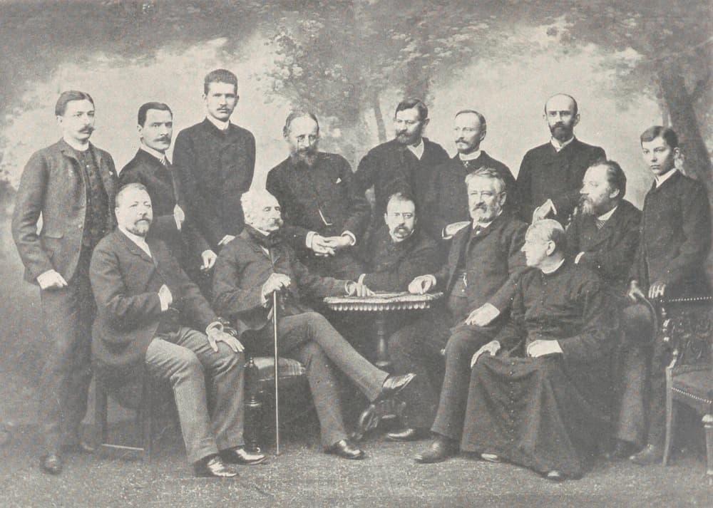 1.Студент Роман Шептицький (стоїть третій зліва) серед грона краківської інтелігенції. Рік перед вступом у монастир.